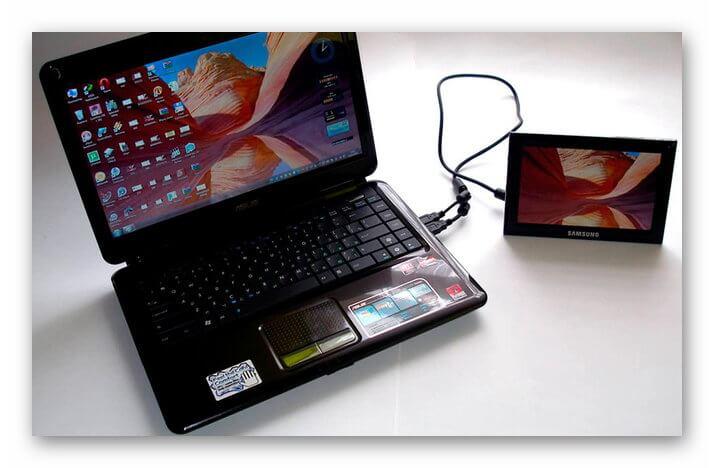 Планшет подключен к ноутбуку для зарядки