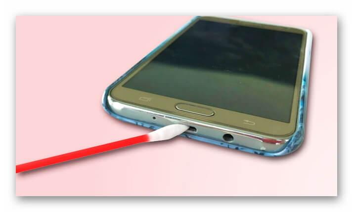 Протирание контактов телефона